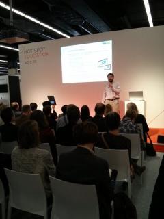 En el Hot Spot de Educación de la Feria del Libro de Frankfurt, hablando sobre libros de texto digitales.